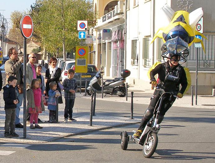 Veritable scooter electrique, l'ebikeboard est un vehicule electrique a part entiere. Homologue route comme un scooter de moins de 50 cm3, il se faufile partout en ville, sur les sentiers, bord de mer, à la montagne. Il se plie pour facilement se ranger chez vous ou etre transporte dans le coffre de votre voiture. Son autonomie pouvant atteindre 40 km, il sera votre moyern de deplacement urbain privilegie !! facile a recharger, ses batteries amovibles sont tres pratique, il suffira de 3h pour une charge complete. Livre avec selle, retroviseur, a vous de choisir son utilisation. Beaucoup d'applciations sont possible , pour la police, la poste, les sites logistiques, entrepots, club vacances, la securite...on peut meme y ateler une remorque ! C'est le couteau suisse des petits vehicules legers...!! et evidemment il a été concu en Suisse et maintenant assemble en Allemagne. L'ebikeboard est garanti 2 ans pour la partie cycle et 1 an pour les batteries. La puissance moteur va de 750W a 1000W. La vitesse maximum est de 38km/h. +33 6 14 36 77 58 contact@hello-city.com www.hello-city.com